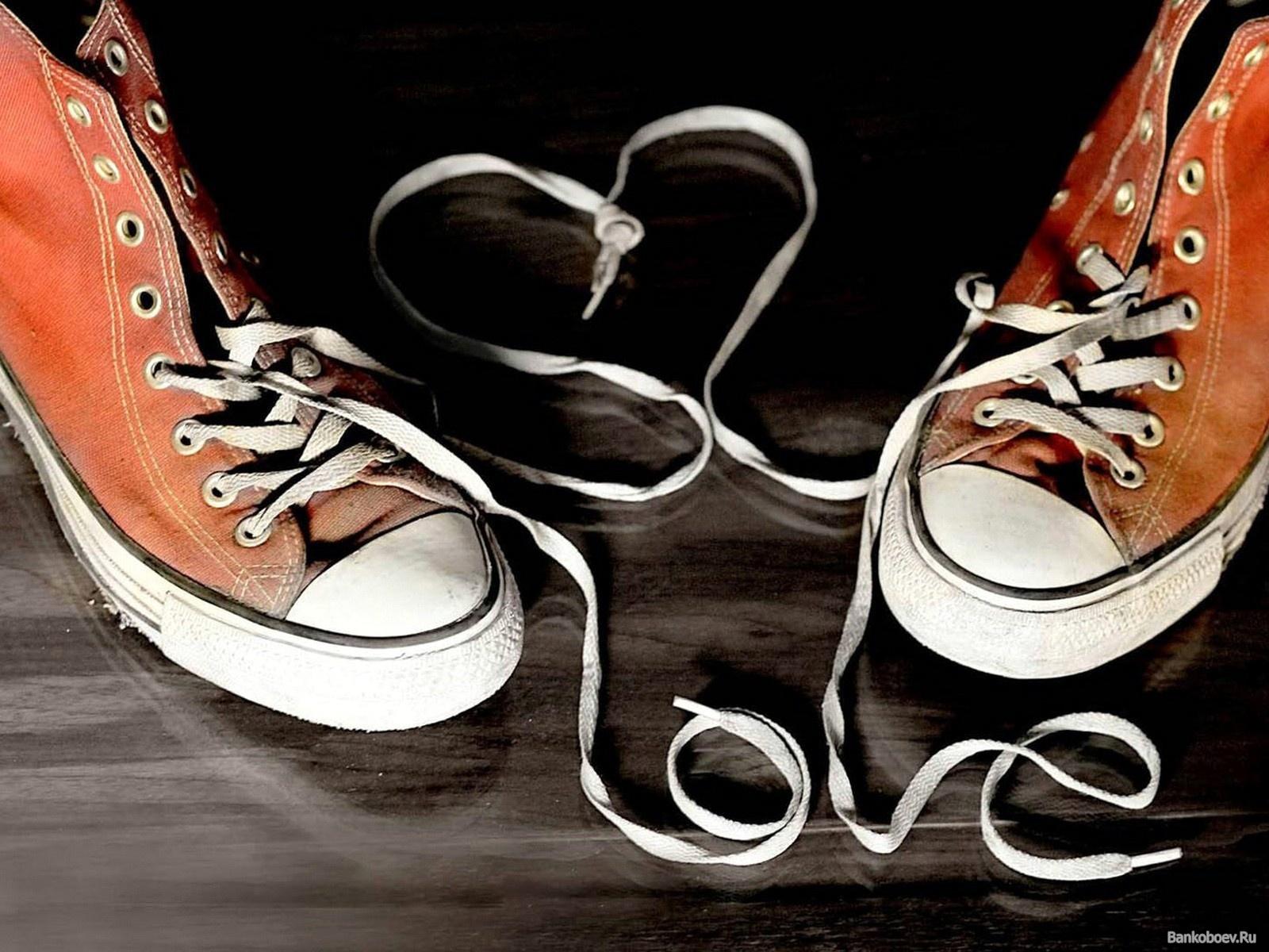 А вы готовы завязать шнурок незнакомому человеку?
